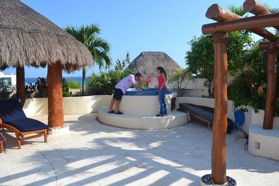 Porto Playa Condo Hotel & Beachclub: Private jacuzzi and plaza deck