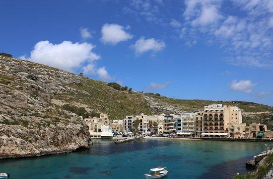 Saint Patrick's Hotel: Die Bucht von Xlendi mit Hotel