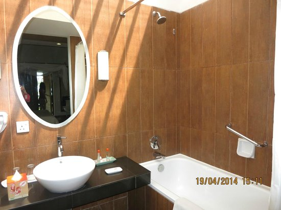 HARRIS Resort Batam Waterfront: Bathtub