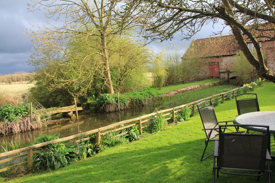 Low Costa Mill Cottages: Another garden view