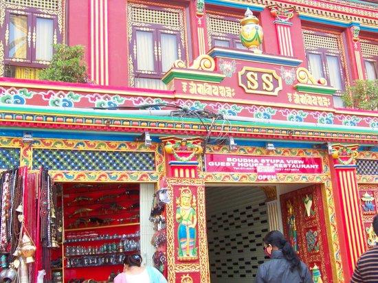 Stûpa de Bodnath : Colourful facade against white backdrop
