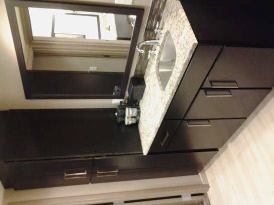 Embassy Suites by Hilton Chattanooga/Hamilton Place: sink amd coffee maker