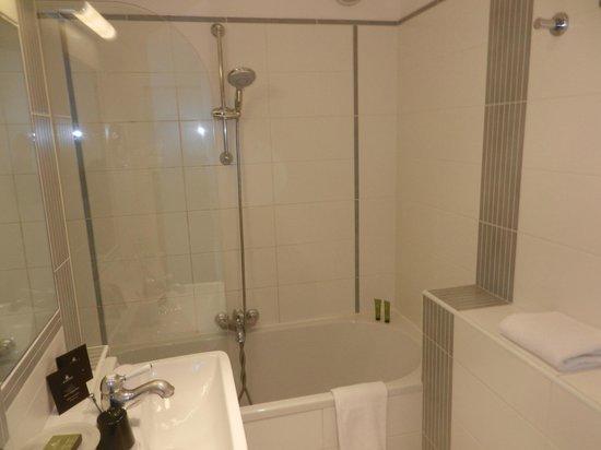 Hotel Eiffel Seine: bath