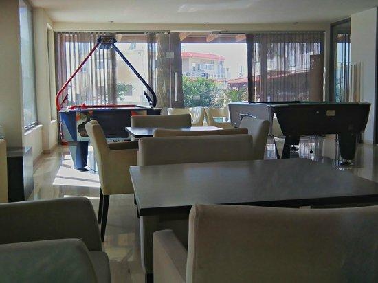 Lomeniz Hotel: Χώρος δίπλα από το bar.