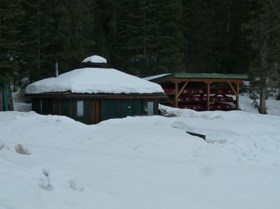 Emerald Lake Lodge: Lake House- for canoe rentals. Also gift shop.