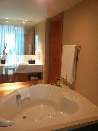 Sivatel Bangkok : Suite mit großer Badewanne