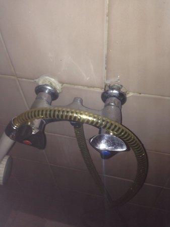 Hotel du Palais : Sanitaire très ... Vétuste