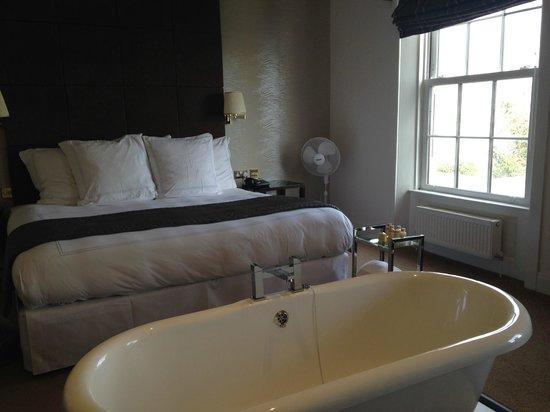 Cliff Hotel: Bath Suite - Amazing!