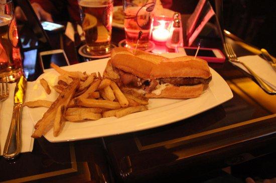O'Donoghue's Pub and Restaurant: Beef sandwich-sinewy