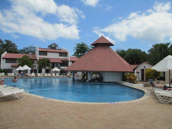 BlueBay Villas Doradas Adults Only : Main Pool and swim up bar
