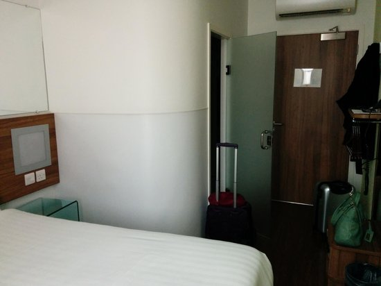 Tune Hotel Kings Cross: View of other half of room.