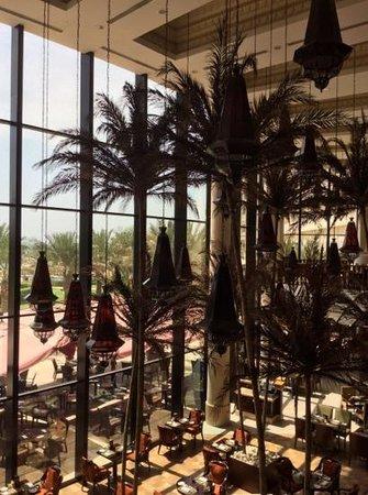 Sofitel Bahrain Zallaq Thalassa Sea & Spa: palms in the main resturant