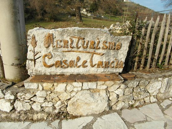 Casale Tancia: The road sign for the restuarant.