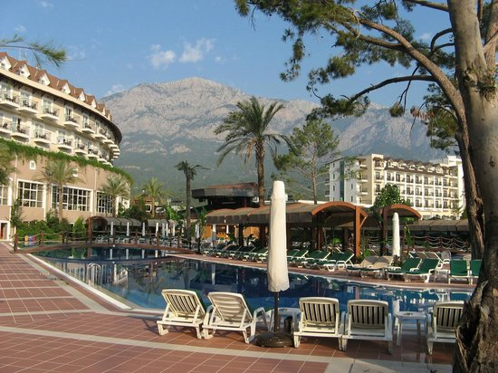 Alkoclar Exclusive Kemer: Main building and the pool