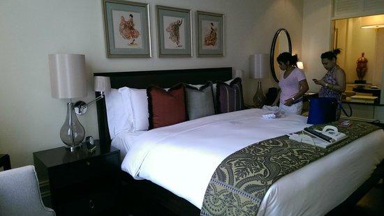 Raffles Makati: King Bed
