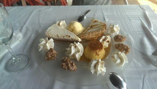 Casa Rafa Restaurante de Mar: We could not decide on a desert so they gave us a little of everything!