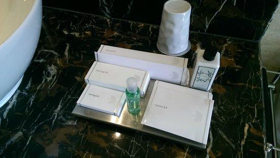 Raffles Makati: bathroom essentials