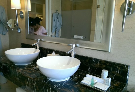 Raffles Makati: bathroom