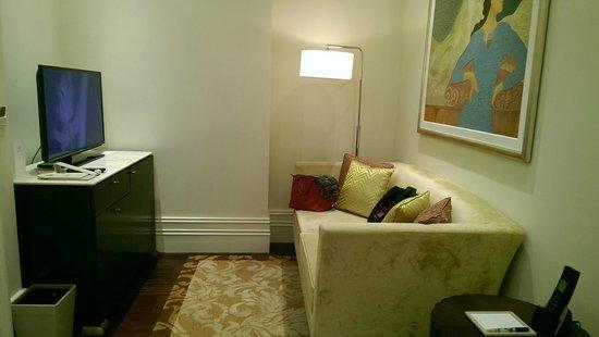 Raffles Makati: suite mini receiving area