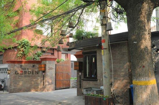 Red Wall Garden Hotel: entrée rue