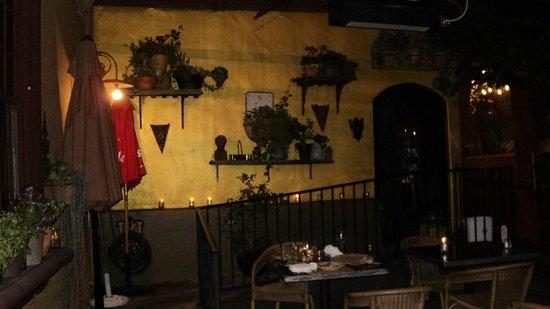 Cafe Fiore Restaurant: Pátio externo