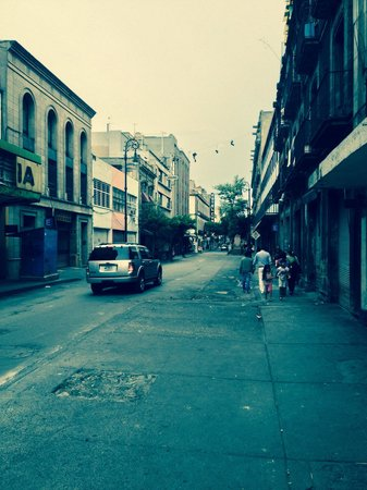 Hotel Habana: View from the street, arriving from plaza santo domingo