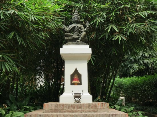 Satri House: Another statue in the grounds