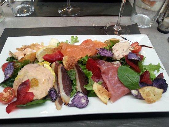 Salade pique assiette saumon crevettes foie gras - Decoration assiette de foie gras photo ...