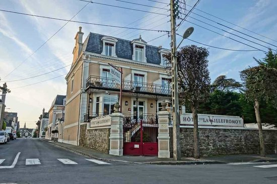 Hotel La Villefromoy: view of hotel from the street