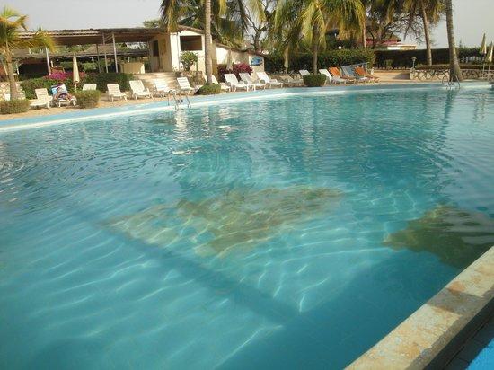 Saly Princess : piscine délabrée : carreaux carrelage cassés, crasse, traitement eau