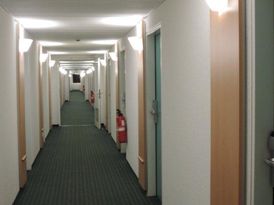 ibis Frankfurt City Messe: Corredor dos quartos