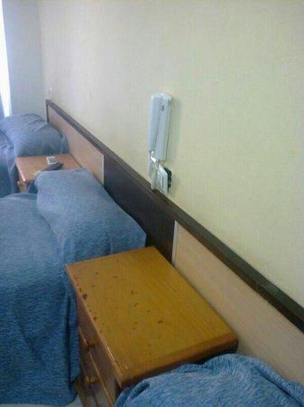 Hostal La Campana: camas pequeñas para una persona de 1,70 m. Sábanas sucias, sin cambiar y con pelos