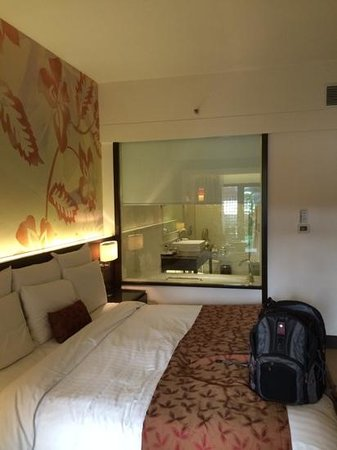 Goa Marriott Resort & Spa : hotel room with view of the batroom through a window