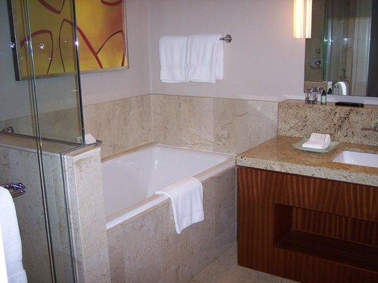 Four Seasons Hotel St. Louis: Tub