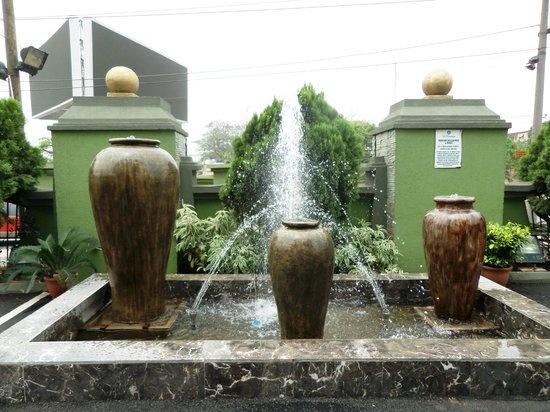 De Renaissance Hotel: Hotel fountain