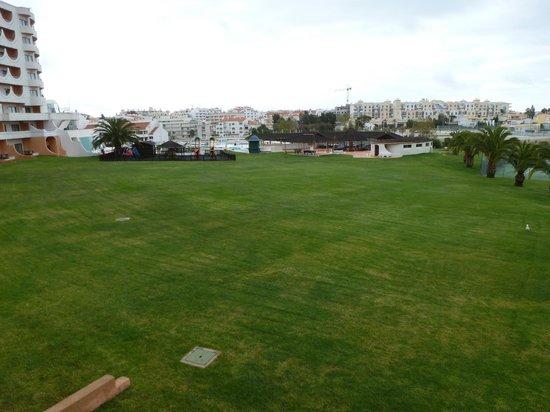 Hotel Paraíso de Albufeira: zona de cesped