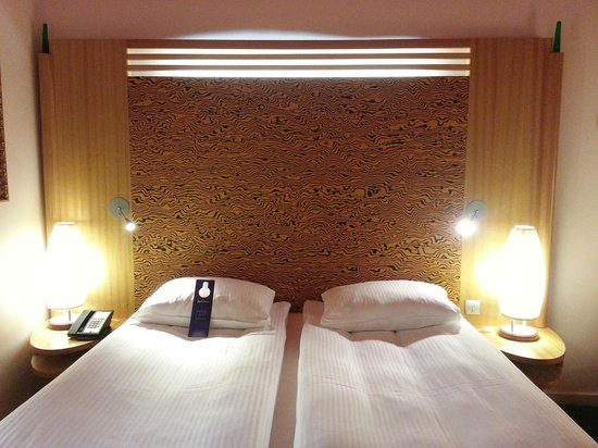 Radisson Blu SkyCity Hotel, Arlanda Airport : Comfortable bedding, excellent lighting and quality fixtures