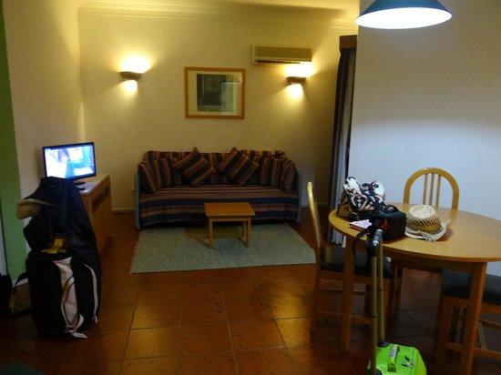 Turim Estrela do Vau Hotel: sitting area in studio apartment