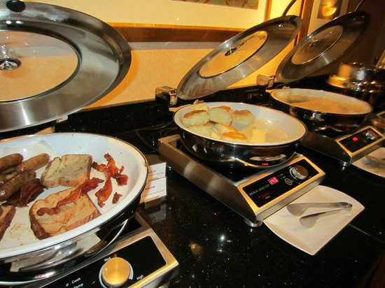 Little Rock Marriott: buffet food mixing PORK with French Toast This is appauling