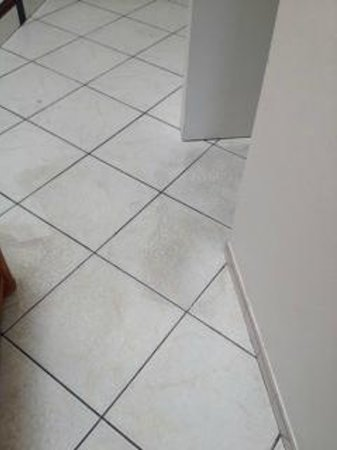 Sapphire Beach Club Resort: filthy stained flooring