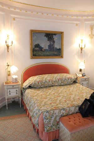 The Ritz London: Bed with Art From 1911