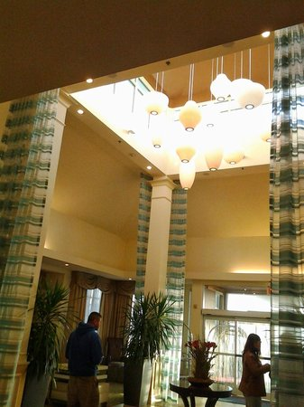 Hilton Garden Inn Outer Banks/Kitty Hawk : View of the lobby.