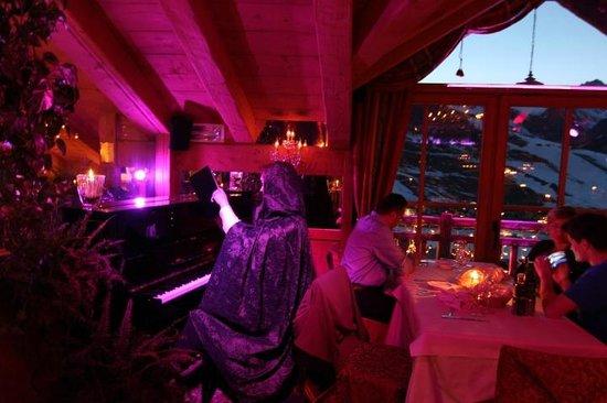 Angels & Demons Restaurant: Il piano suonato dall'angelo