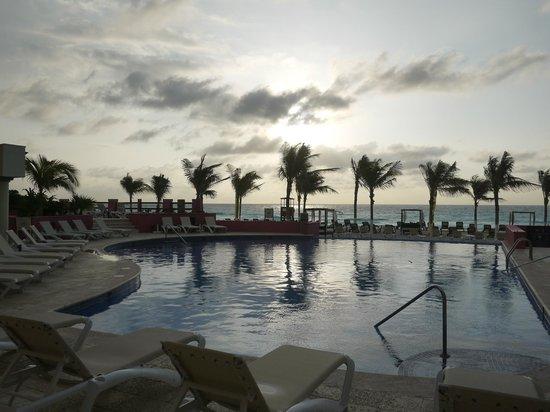 NYX Hotel Cancun : Утро, бассейн