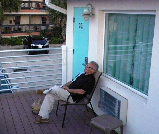Magic Beach Motel: Deck outside room