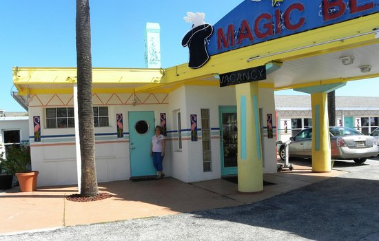 Magic Beach Motel: Outside reception area / breakfast area