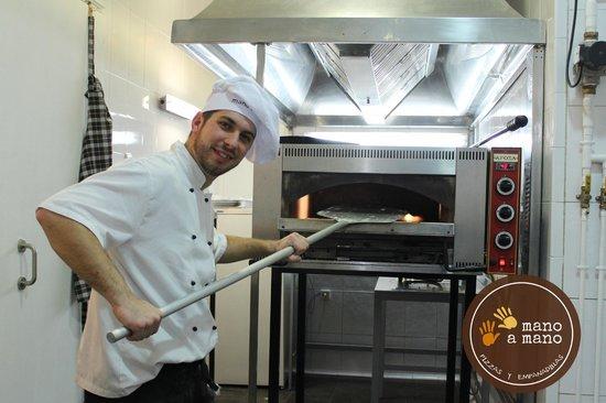 Mano a Mano Pizzeria and Empanadilleria: Preparando una pizza en Mano a Mano