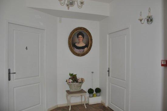 Hotel Chateau le Sallay : Entrée avant la chambre