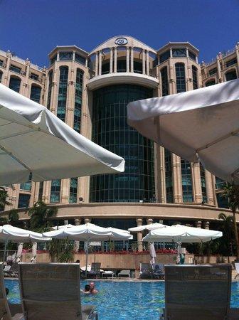Hilton Eilat Queen of Sheba: Der ebenfalls modernisierte Pool-Bereich bietet neue, sehr bequeme Alu-Liegen