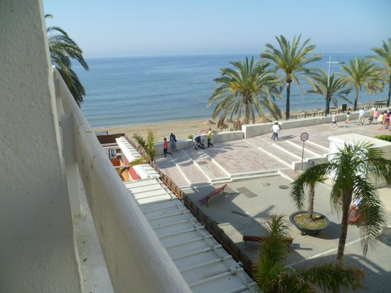 Aparthotel Puerto Azul Marbella: View of beach from 2nd floor balcony.